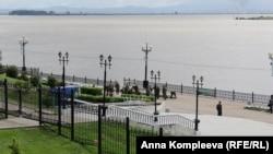 Набережная закрыта для жителей Хабаровска. Военные укладывают мешки с песком