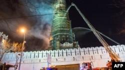 Пожарные тушат огонь на колокольне Новодевичьего монастыря. Москва, 15 марта 2015 года.