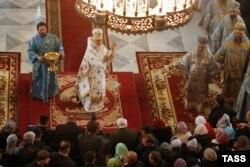 Патріарх Кирило благославляє «казаков» у Новочеркаську. Росія, Ростовська область, жовтень 2015 року