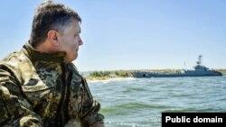 Президент Украины Пётр Порошенко во время военных учений на Черном море в Николаевской области
