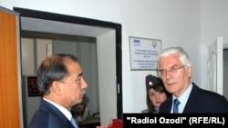 OSCE representative Ivar Vikki (right) meets with Tajik Interior Minister Abdurahim Qahhorov on August 20.