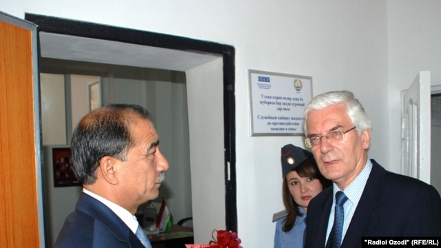 OSCE representative Ivar Vikki (right) meets with Tajik Interior Minister Abdurahim Qahhorov on August 20.