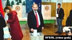 Никол Пашинян на участке для голосования. Ереван, 9 декабря 2018 года.