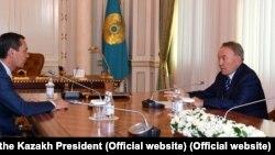 Президент Казахстана Нурсултан Назарбаев (справа) и кандидат в президенты Кыргызстана Омурбек Бабанов. Алматы, 19 сентября 2017 года.
