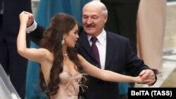 Аляксандар Лукашэнка і міс Беларусь-2018 Марыя Васілевіч падчас танца на першым Рэспубліканскім навагоднім балі для моладзі ў Палацы Незалежнасьці, 28 сьнежня 2018 году