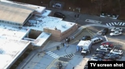 Школа в Ньютауне, где произошло нападение.