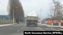 Грузовики везут снег на горнолыжный курорт в Чечне