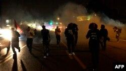 В воскресенье полиция Фергюсона применила против протестующих слезоточивый газ