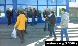 Мікола Шарах і Віктар Стукаў раздаюць улёткі каля прахадной «Полацк-Шкловалакна»