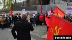Акктивісти Комуністичної партії Чехії і Моравії біля українського посольства у Празі