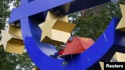 Палатка активиста, установленная на скульптуре у входа в Европейский центральный банк