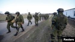 Ուկրաինա, Ղրիմ - Ենթադրաբար ռուսաստանցի զինվորականները Սիմֆերոպոլին մերձակա Պերևալնոե գյուղում, 3-ը մարտի, 2014թ․
