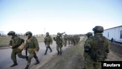 Неизвестные военные за пределами украинской воинской части в селе Перевальное близ Симферополя. 3 марта 2014 года.