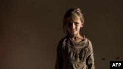 دختر آواره سوری پس از گریز از نبردهای داخلی کشور در یک اردوگاه موقتی در عامودا