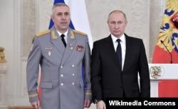 Jenderal Rustam Muradov (kiri) bersama Presiden Rusia Vladimir Putin. (foto file)