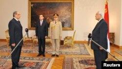 Եգիպտոսի նորանշանակ գլխավոր դատախազ Հիշամա Բարակատան (ձախից) երդում է տալիս նախագահի ժամանակավոր պաշտոնակատար Ադլի Մանսուրին (աջից), արխիվ