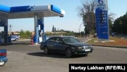 """Ресейлік """"Газпромнефть"""" компаниясының жанармай бекеті. Алматы, 20 тамыз 2014 жыл."""
