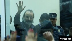 Armenia - Opposition leader Zhirayr Sefilian waves to supporters at the end of his trial in Yerevan, 20 March 2018.