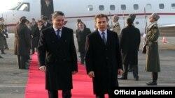 Армения – Премьер-министр Армении Тигран Саргсян (слева) в ереванском аэропорту «Звартноц» встречает своего грузинского коллегу Бидзину Иванишвили, Ереван, 17 января 2013 г.