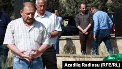 Jurnalisr Rauf Mirqədirov atasının dəfn mərasimində, 24 may 2015