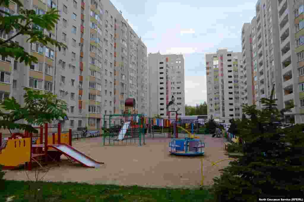 """Почти в каждом дворе """"ставропольского гетто"""" есть детская площадка."""