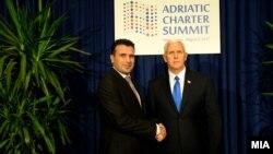 Premierul muntenegrin Zoran Zaev cu vicepreședintele american Mike Pence la Podgorița, în Muntenegru