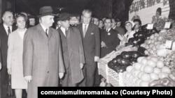 Ceaușescu asocia deseori băile de mulțime cu magazinele alimentare și cu piețele agricole. Aici vizitează piața Obor în octombrie 1971. Sursa: comunismulinromania.ro (MNIR)