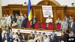 Около ста палаток с символикой блока Тимошенко и партии «Пора» установлены на майдане Незалежности, а напротив здания Верховной Рады разбили палатки сторонники «Партии регионов»