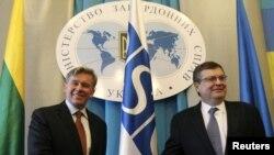 Литванскиот министер за надворешни работи Аудрониус Азубалис и неговиот украински колега Костиантин Гришченко