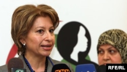 جانب من مؤتمر البرنامج الوطني للمرأة في أربيل: رئيس منظمة تمكين المرأة سوزان عارف (يسار) وعضو تيار الإصلاح الوطني سندس الخياط (يمين)، 2 تشرين الثاني 2009
