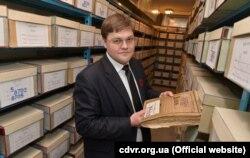 Керівник архіву СБУ Ігор Кулик з відтепер відкритими документами КГБ