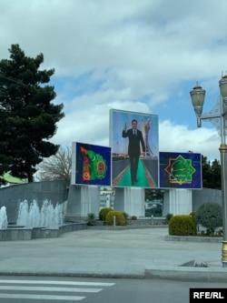 Ашгабат. Фотографировать портреты президента Бердымухамедова запрещено. За ними обычно наблюдают сотрудники полиции в гражданском, которые могут подойти и попросить удалить фотографии.