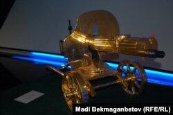 """Позолоченный пулемет """"Максим"""" в Назарбаев центре. Астана, 25 августа 2015 года."""