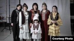 Представители Кыргызстана, Казахстана, Туркменистана, Татарстана. Справа в желтом платье дочь Бакыта Чакиева.