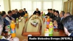 Градоначалникот на Дебар Ружди Лата на средба со преставниците на полицијата, инспекциските служби, судот и јавното обвинителство.