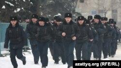 """""""Қарсылық жиыны"""" тарқағанда полиция қайтуға асықты. Алматы, 25 ақпан, 2012 жыл."""