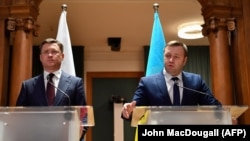 Russian Energy Minister Aleksandr Novak (left) and Ukrainian Energy Minister Oleksiy Orzhel address the media after talks on a new gas-transit deal in Berlin on December 19.