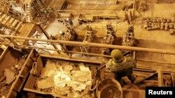 Вооруженный боевик стоит на посту во время визита главы группировки «ДНР» Александра Захарченко на Юзовский металлургический завод. Донецк, март 2017 года