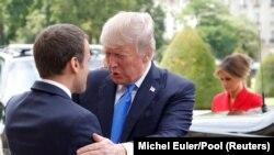 Президенты Трамп и Макрон приветствуют друг друга перед началом переговоров, Париж, 13 июля 2017 года.