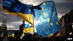 """Флаги Европейского союза (справа) и Украины на протестах """"Евромайдана"""". Киев, 5 декабря 2013 года."""