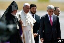 Папа римский Франциск (в середине) президент Армении Серж Саргсян и католикос всех армян Гарегин II