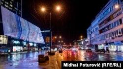 Šoping centar u neonskim reklamama u centru Sarajeva