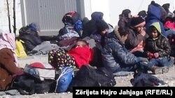 """Migrantët """"braktisin"""" Maqedoninë"""