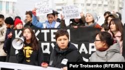Активистки молодежного движения «Oyan, Qazaqstan» Фариза Оспан (слева) и Асем Жапишева (в центре) у монумента Независимости. Алматы, 16 декабря 2019 года.