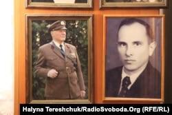 Світлина Мирослава Симчича (ліворуч) поруч із портретом Степана Бандери