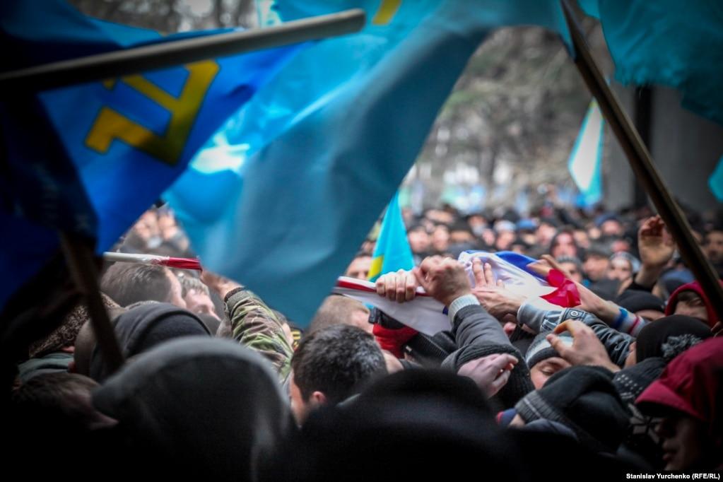 К середине дня 26 февраля на митинге у стен парламента насчитывалось от 10 до 20 тысяч проукраински настроенных жителей Крыма и от 2 до 4 тысяч представителей пророссийских сил. Их разделял кордон милиции