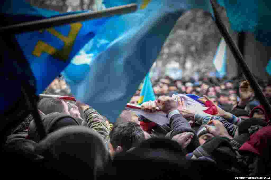 К середине дня 26 февраля на митинге у стен парламента насчитывалось от 10 до 20 тысяч жителей Крыма – сторонников территориальной целостности Украины, и от 2 до 4 тысяч представителей пророссийских сил. Их разделял кордон милиции