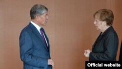 Алмазбек Атамбаев менен Ангела Меркелдин 2015-жылдын апрель айындагы жолугушуусу