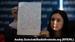 Юлія Сущенко, донька Романа Сущенко, показує лист від батька