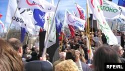 На сей раз власти Петербурга не рискнули запретить шествие оппозиционеров, но попытались ограничить его масштабы